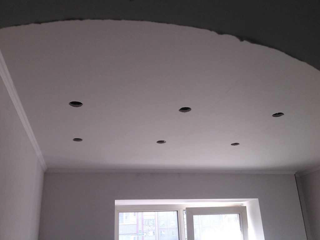 Отверстия под точечные светильники в потолке при замене проводки.